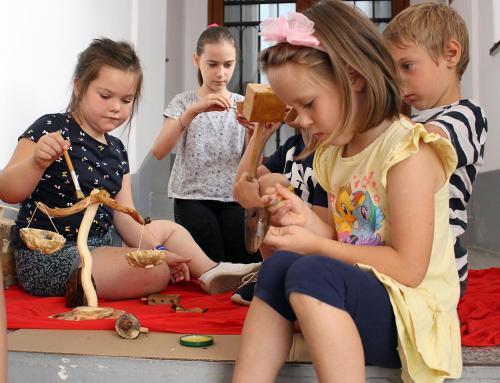 Djeca učila kako izraditi igračke od komadića drva pronađenog u prirodi