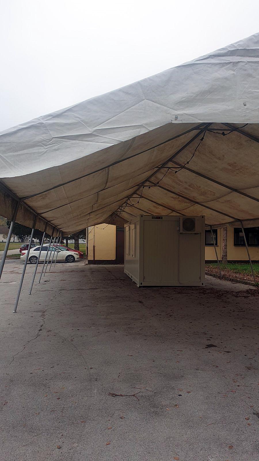 Šator kod kontejnera za uzimanje briseva