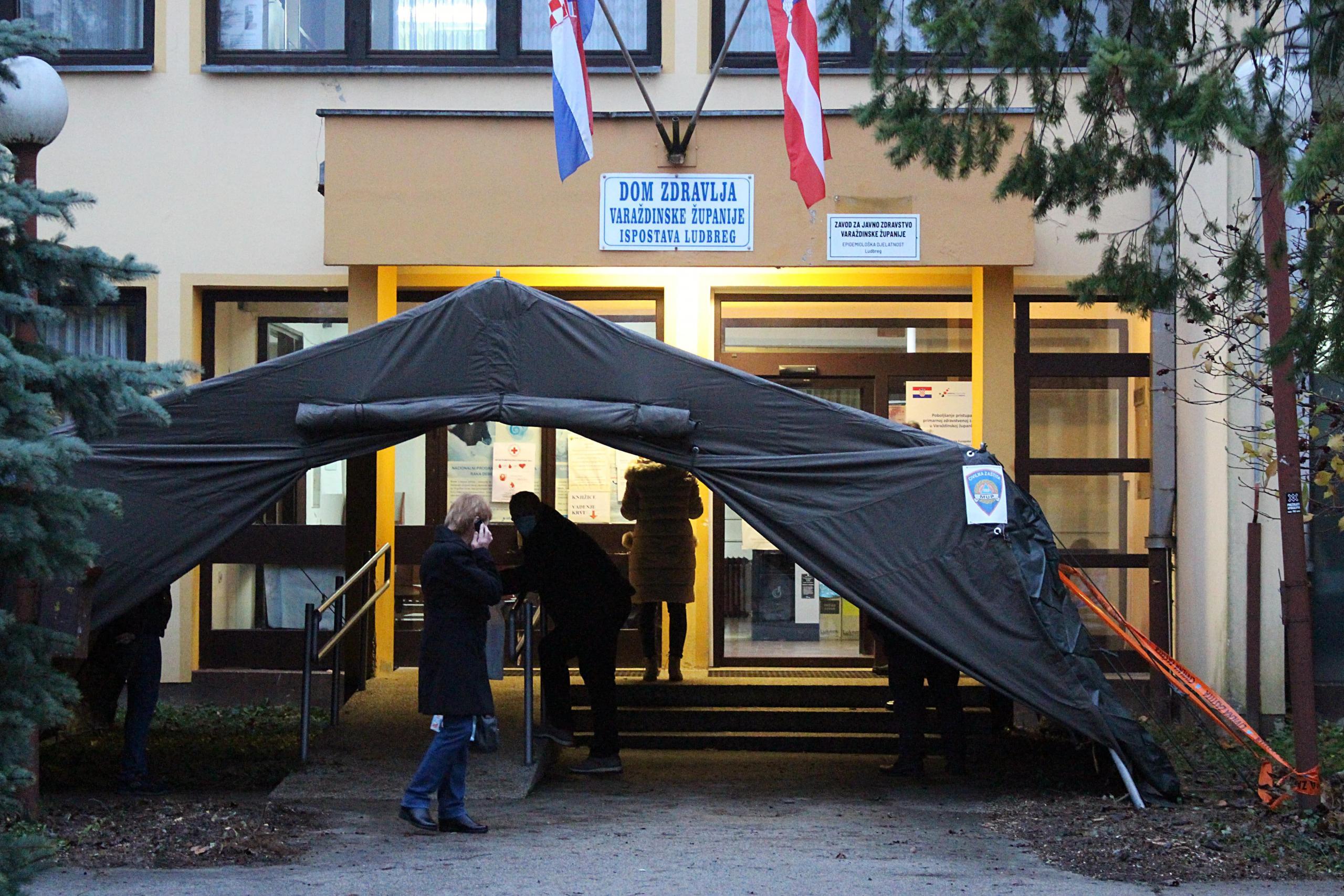 Šator na ulazu u Dom zdravlja Ludbreg